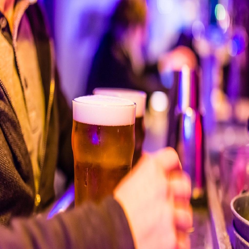 Pequeño consumo de alcohol mejora habilidad para hablar otro idioma