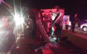 Accidente en la bajada de Tazón deja un muerto y un camión saqueado