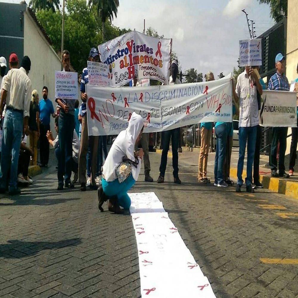 Pacientes con VIH pintaron carteles con su sangre exigiendo apertura del canal humanitario
