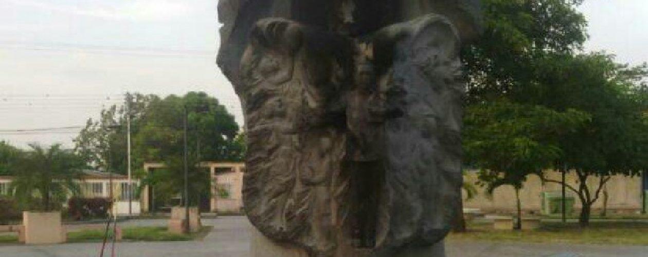 Detuvieron a tres personas por quemar estatua de Chávez en Barinas