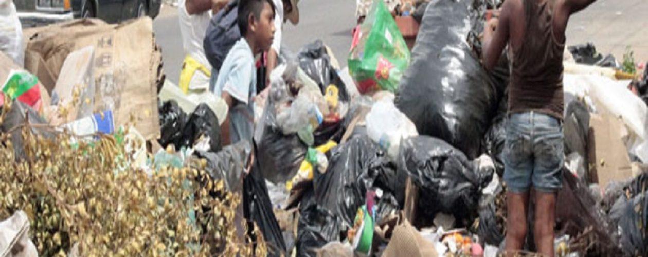 Niños defienden la basura en Caracas con armas