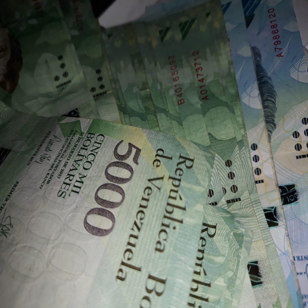 La desaparición del efectivo en Venezuela como negocio y extorsión.