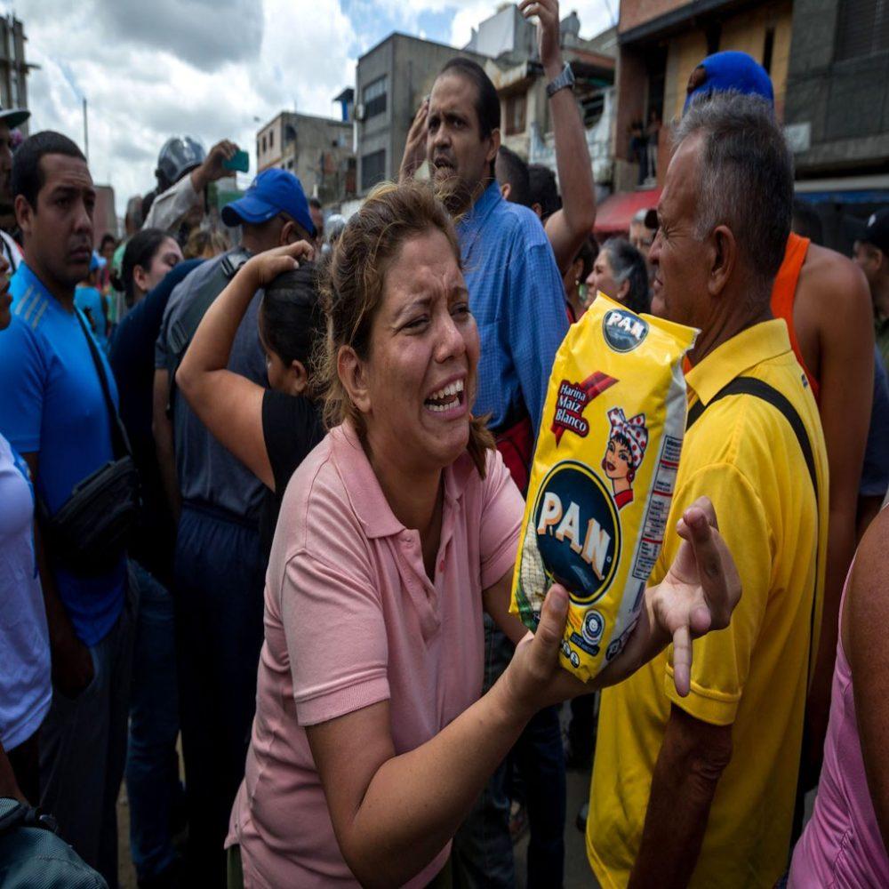 Venezolana se desmayó durante cola por dos Harina Pan