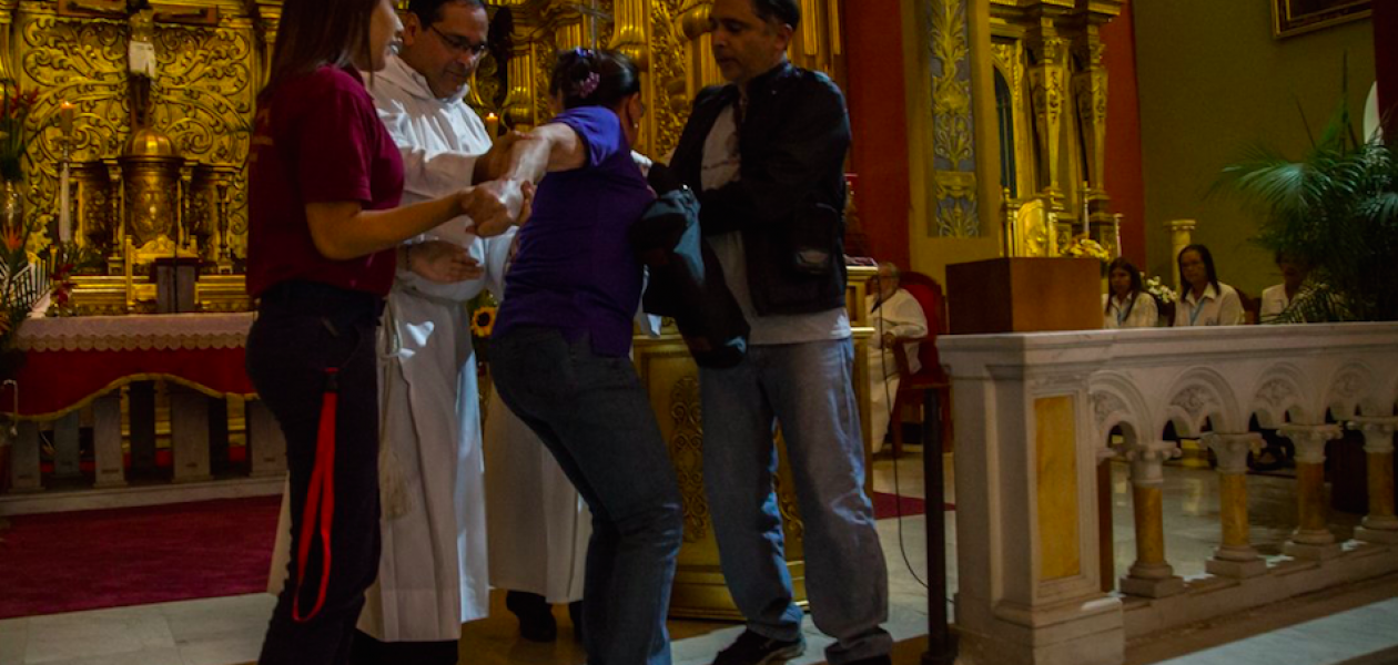 Chavista agrede verbalmente a sacerdote durante misa a la Virgen de La Candelaria (Fotos+video)