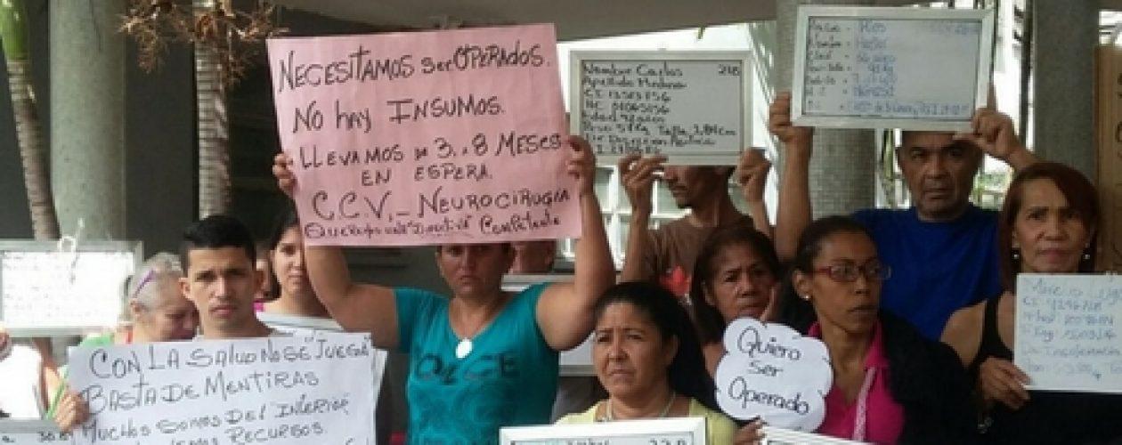 Pacientes del Hospital Clínico Universitario también protestaron cerrando los accesos al quirófano
