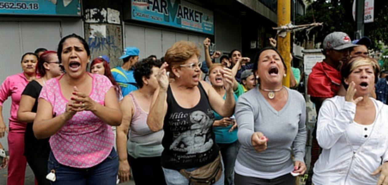 Madres protestan por no poder acceder a pañales, leche y medicinas
