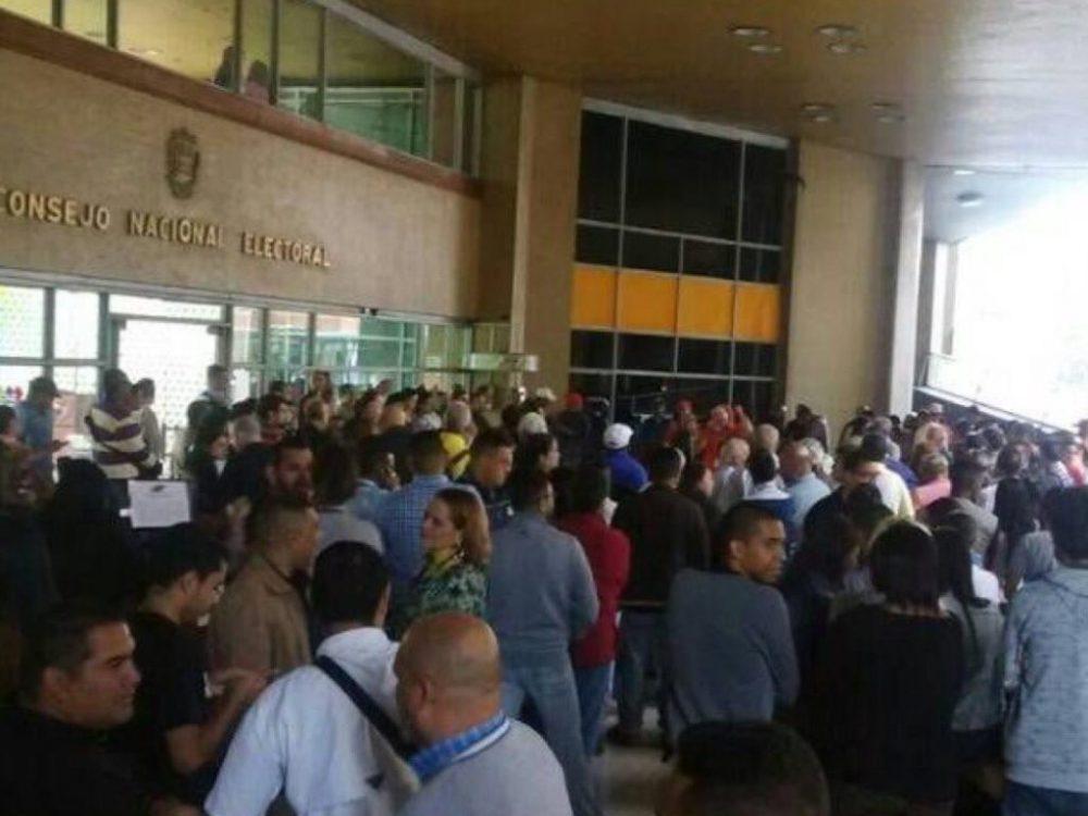 Trabajadores del CNE encabezaron protesta contra bajos salarios (Fotos)