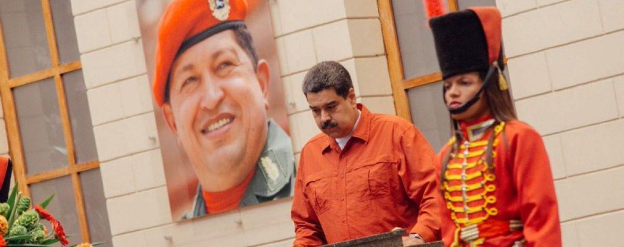 La tenebrosa foto del día: Maduro y su plan de gobierno frente a la tumba de Chávez