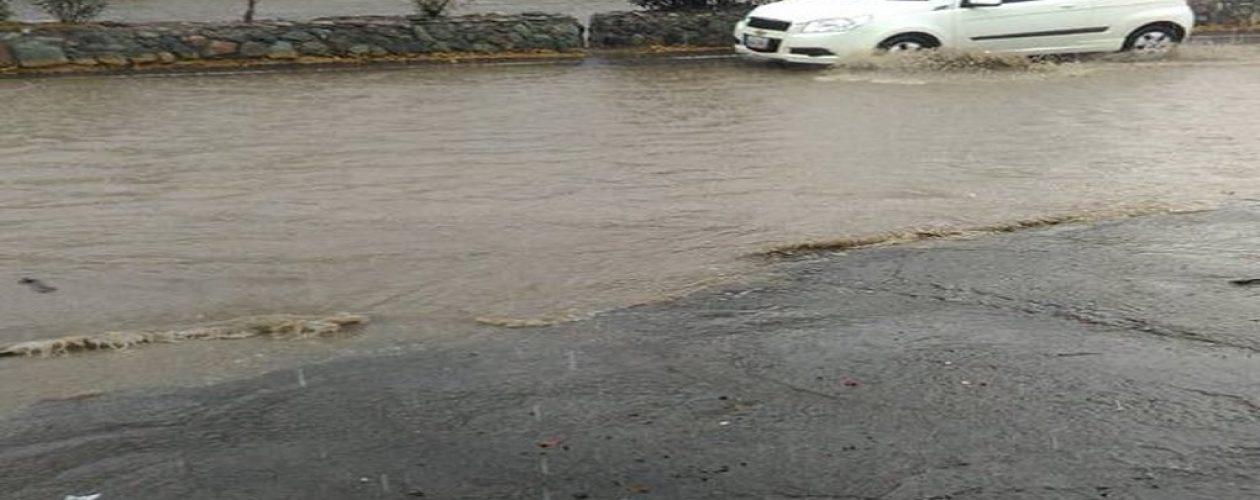 Olas de tres metros e inundaciones en Vargas