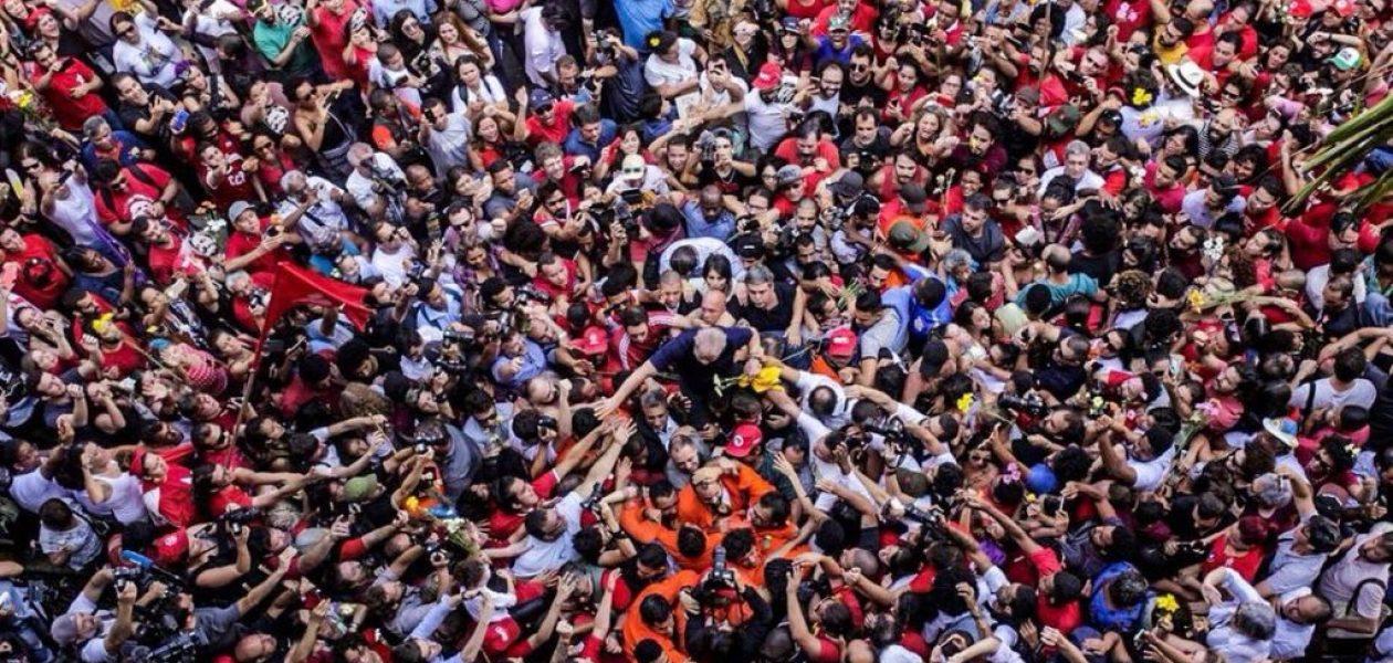 Lula se entregó a la policía brasileña para cumplir su sentencia