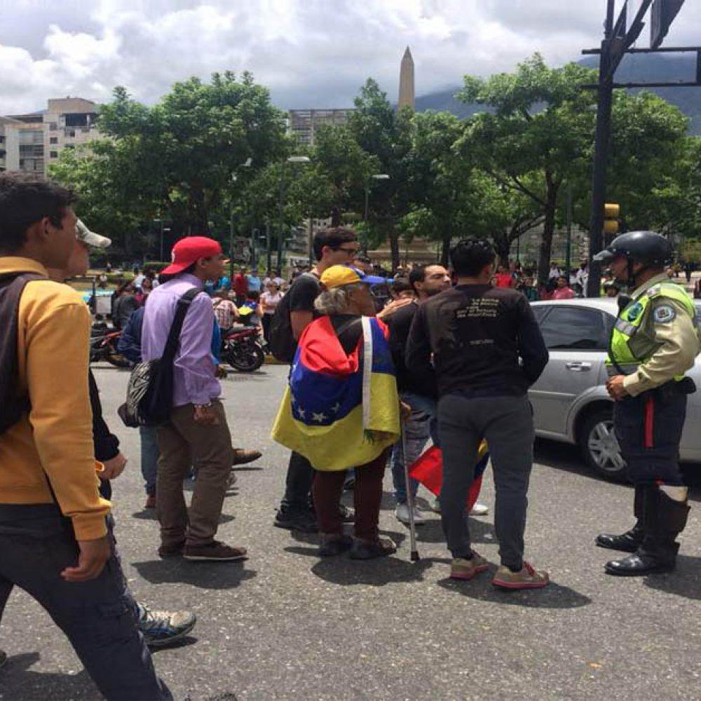 Grupo de venezolanos protestó en la Plaza Francia y el distribuidor Altamira (Fotos+video)