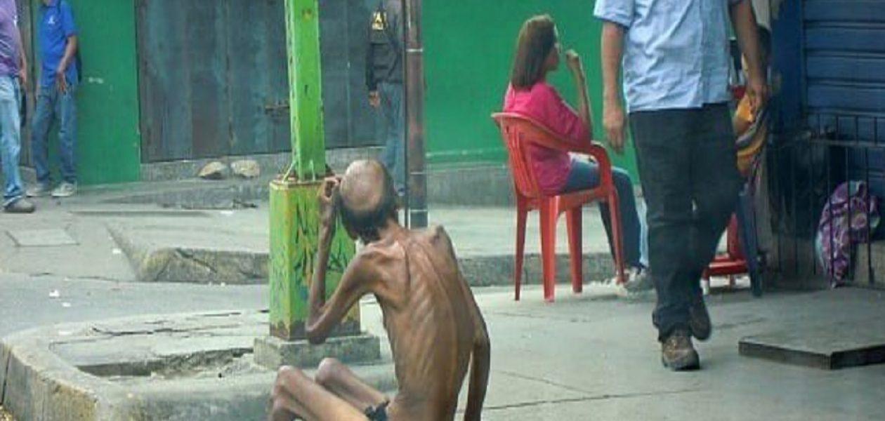 Hombre con desnutrición severa es fotografiado en las calles de Valencia