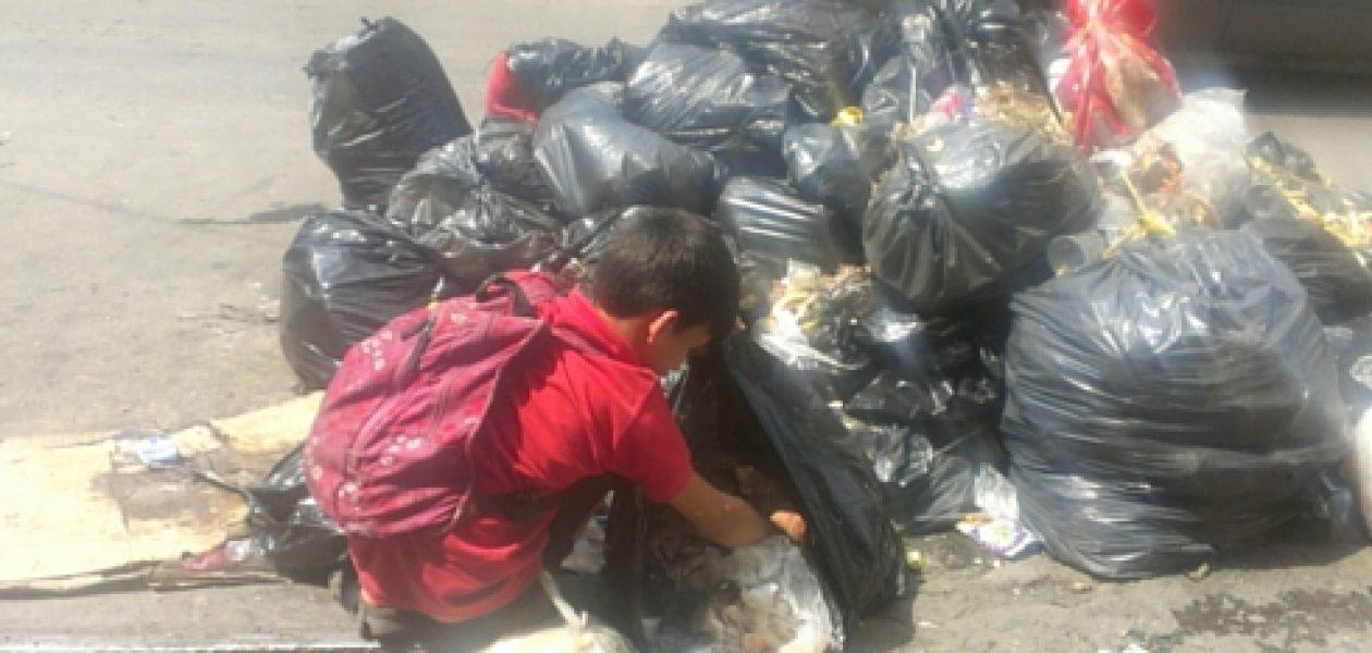 Escasez de alimentos obliga a niños a buscar comida en la basura
