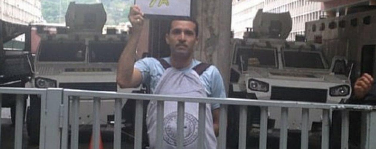 Detienen a estudiante frente al CNE por protestar