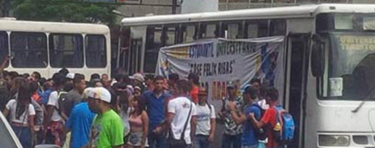 Estudiantes protestan por el aumento del pasaje en el estado Zulia