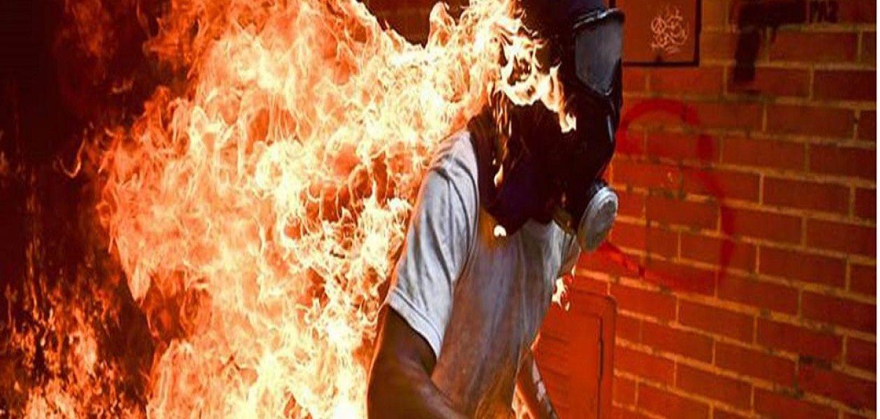 Ronaldo Schemidt ganó mejor fotografía periodística con imagen de manifestante en llamas