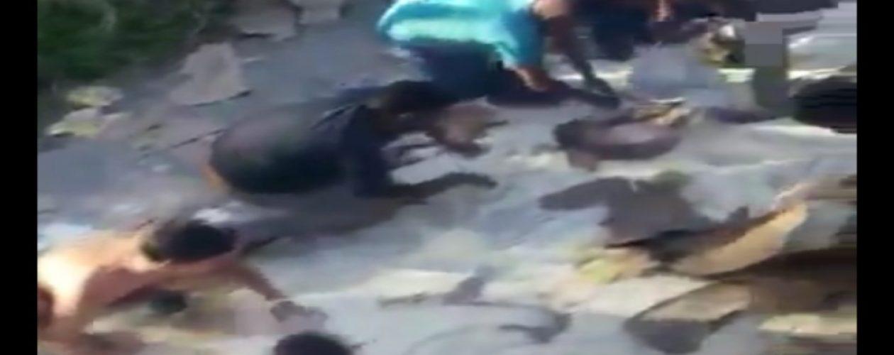 Venezolanos con hambre agarran harina del suelo para comer (VIDEO)