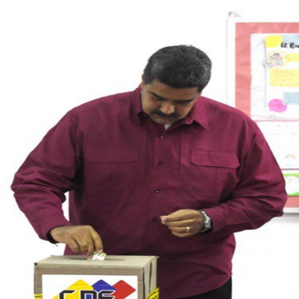 Maduro ejerció su derecho al voto desde tempranas horas de la mañana