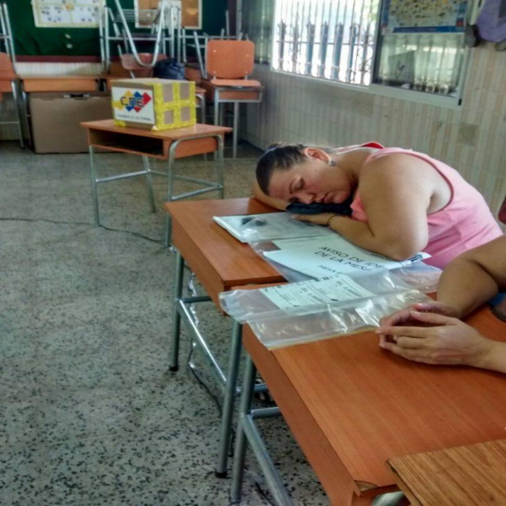 Miembros de mesa se durmieron por no tener votantes (FOTOS)