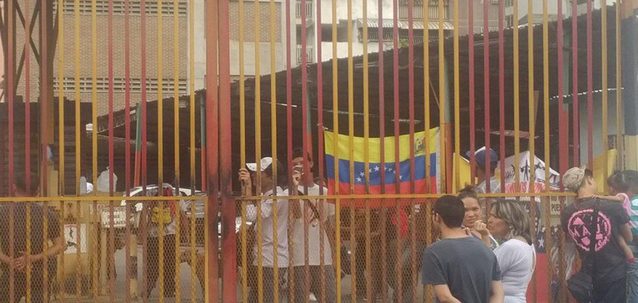 Vecinos de La Candelaria protestan contra nueva invasión de colectivos a estacionamiento