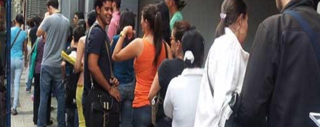Denuncian largas colas para retirar los documentos apostillados en Caracas