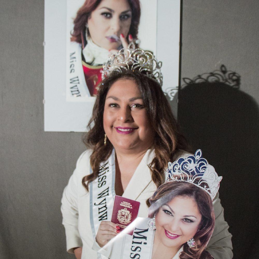 La artista Nina Dotti alza su voz por la libertad de Venezuela en Roma