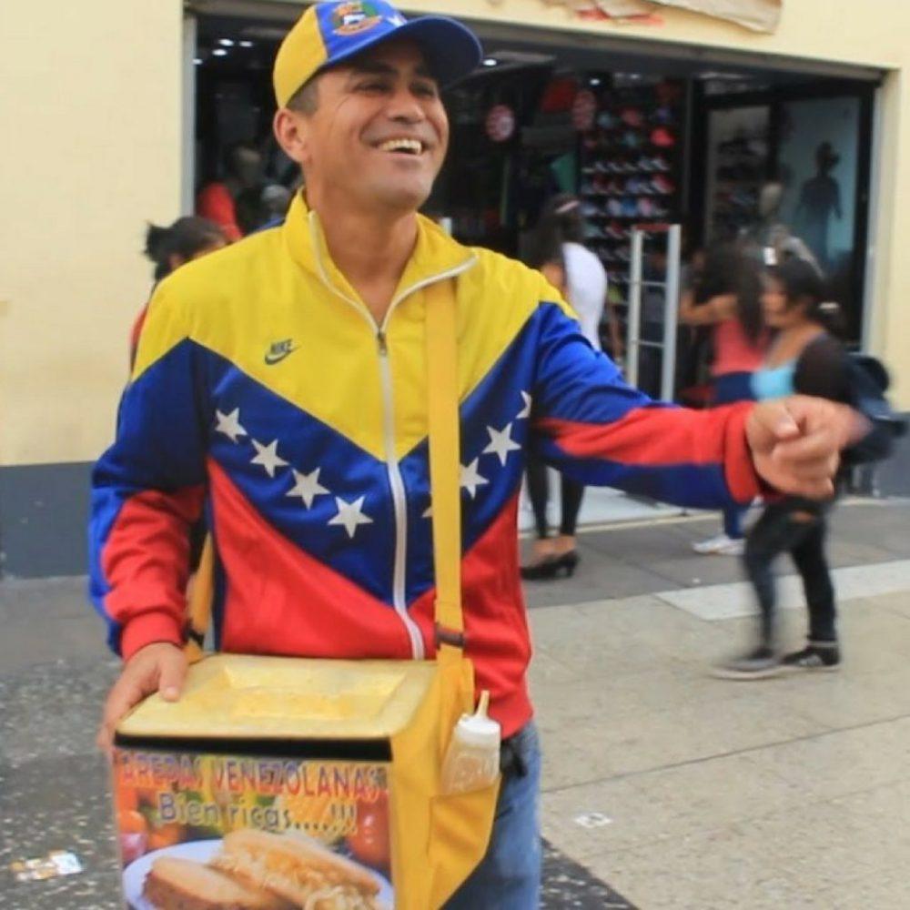 Venezolanos en Perú son víctimas de la xenofobia por vender arepas