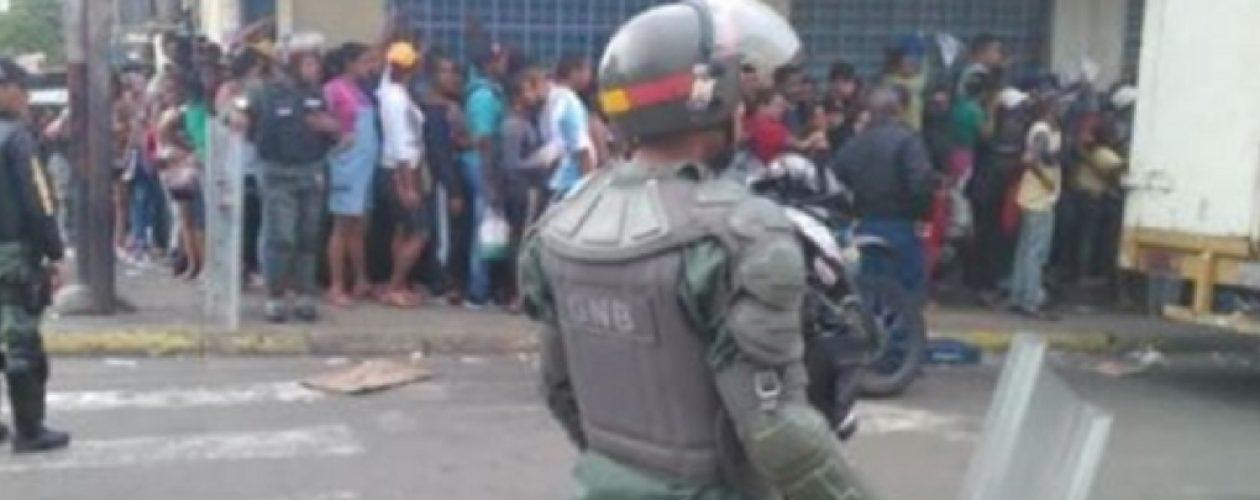 GNB reprime con gases lacrimogenos protesta por comida en San Félix