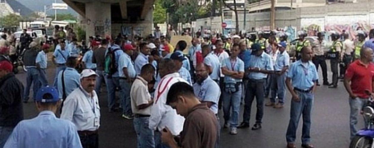 Trabajadores de Corpoelec trancan La Yaguara exigiendo aumento salarial