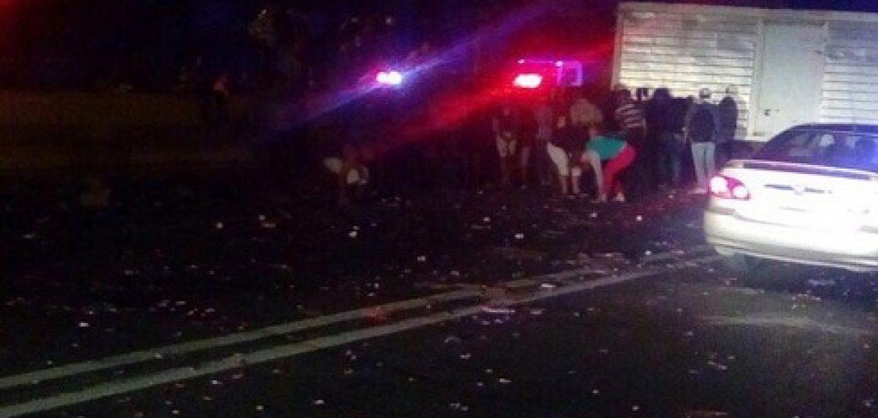Saquean camión volcado en accidente en la bajada de Tazón