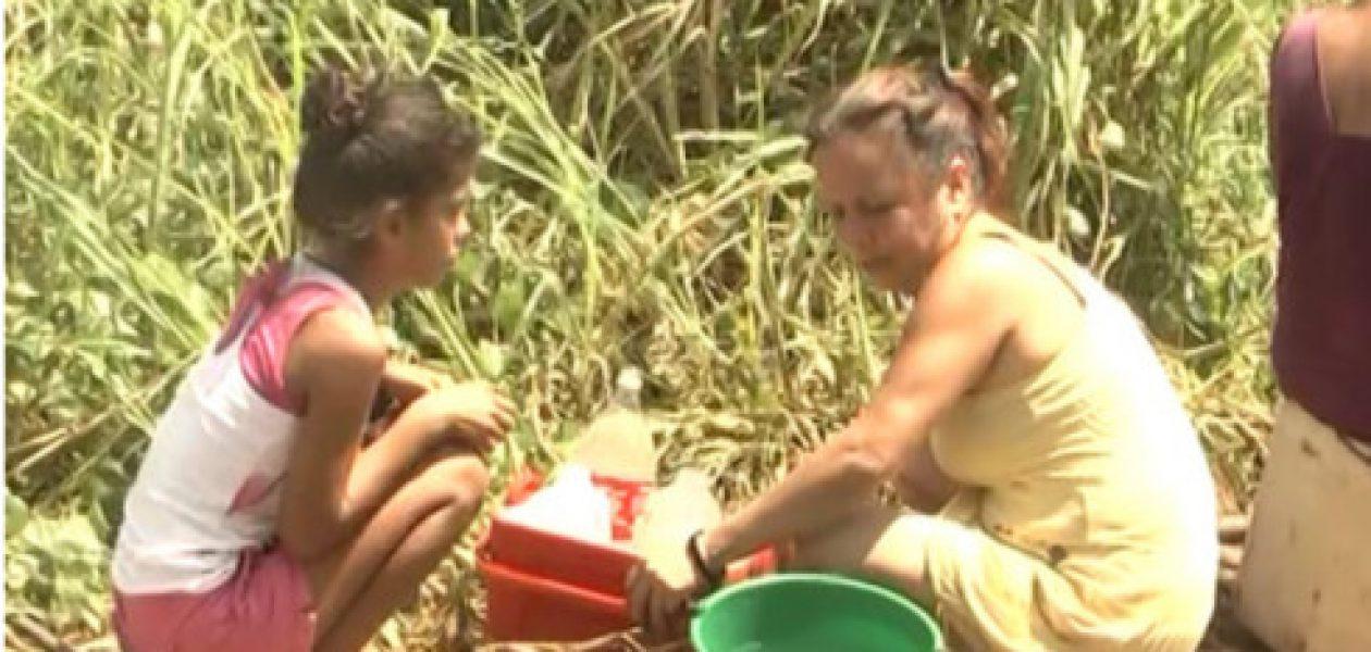 Escasez de agua obliga a la gente a bañarse en las plazas públicas
