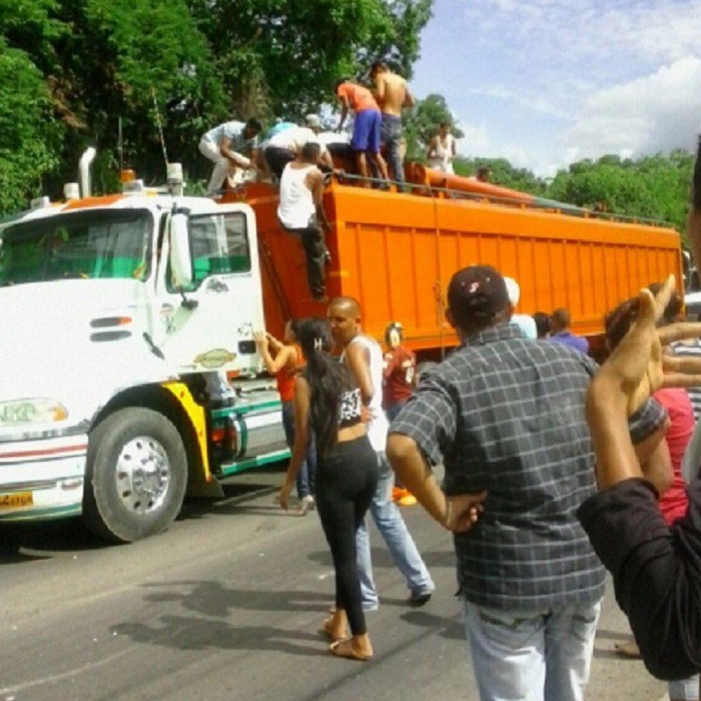 Arrastrados por azúcar en autopista de Puerto Cabello