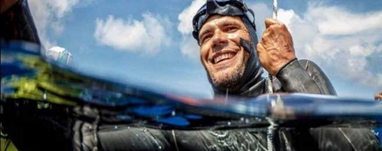 Carlos Coste recibe récord Guinness por distancia bajo el agua