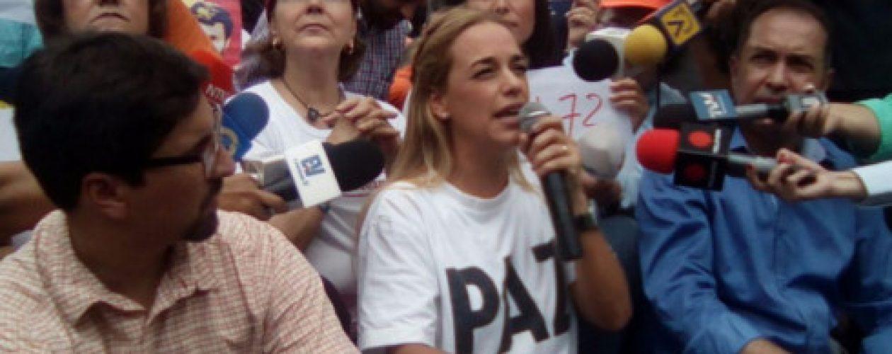 GNB agrede a Lilian Tintori y mujeres opositoras en CNE Caracas