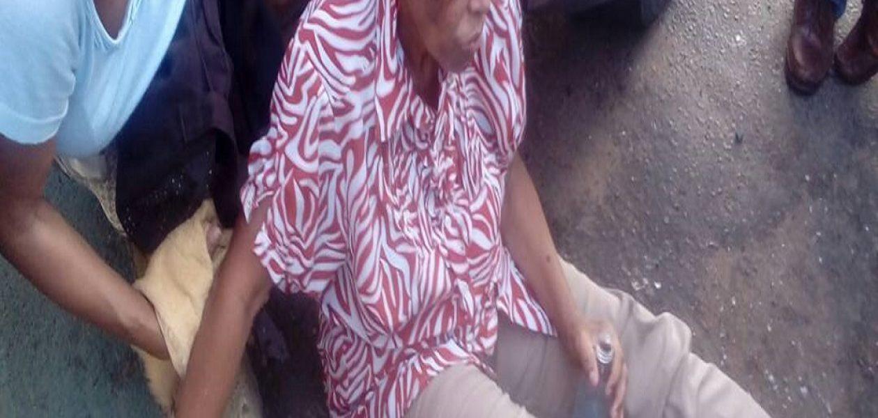 Señora se desmaya luego de hacer cola de pensionados sin cobrar