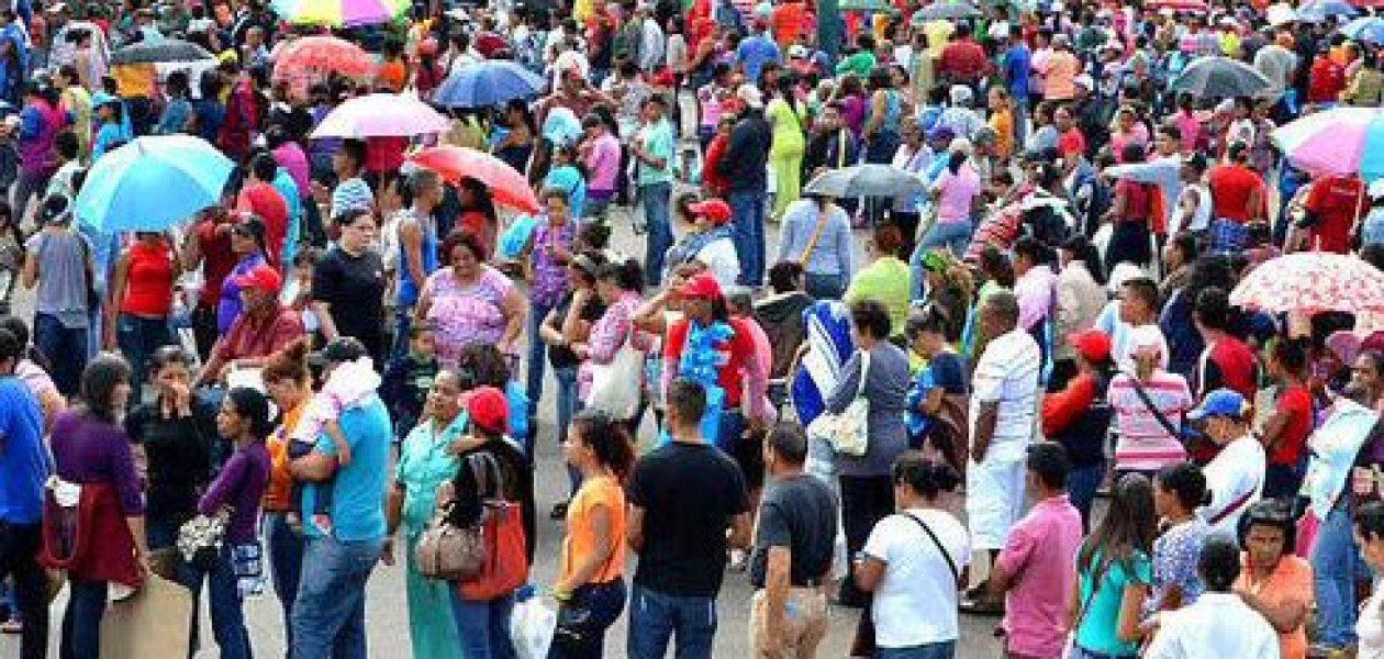 """Colas en Venezuela: """"Nos ponen lejos del supermercado para disimular"""""""