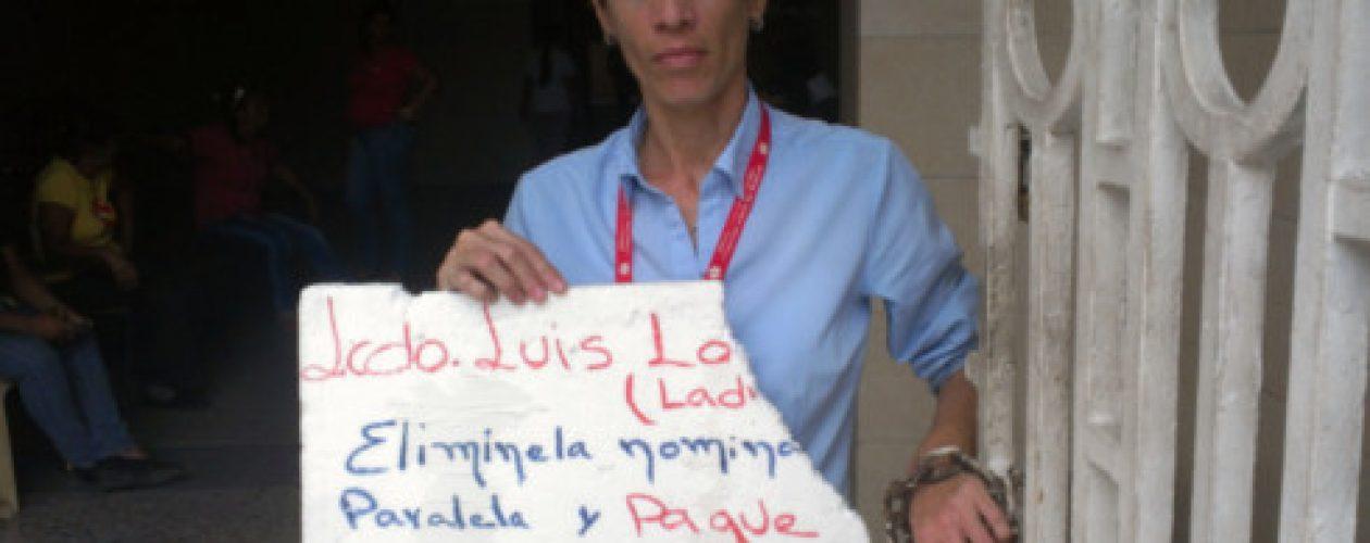 Mujer se encadena en Corposalud Aragua ante incumplimiento de pago