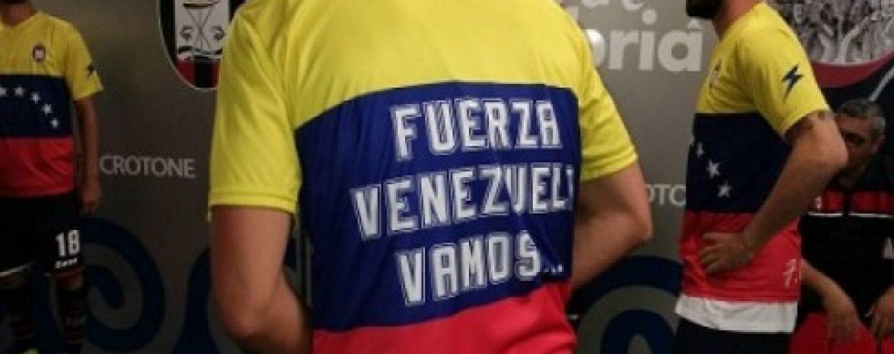 Equipo Crotone usó una camisa en honor a Venezuela