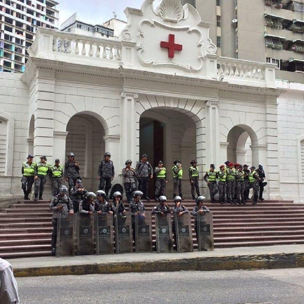 PNB permanece en la Cruz Roja para impedir protesta