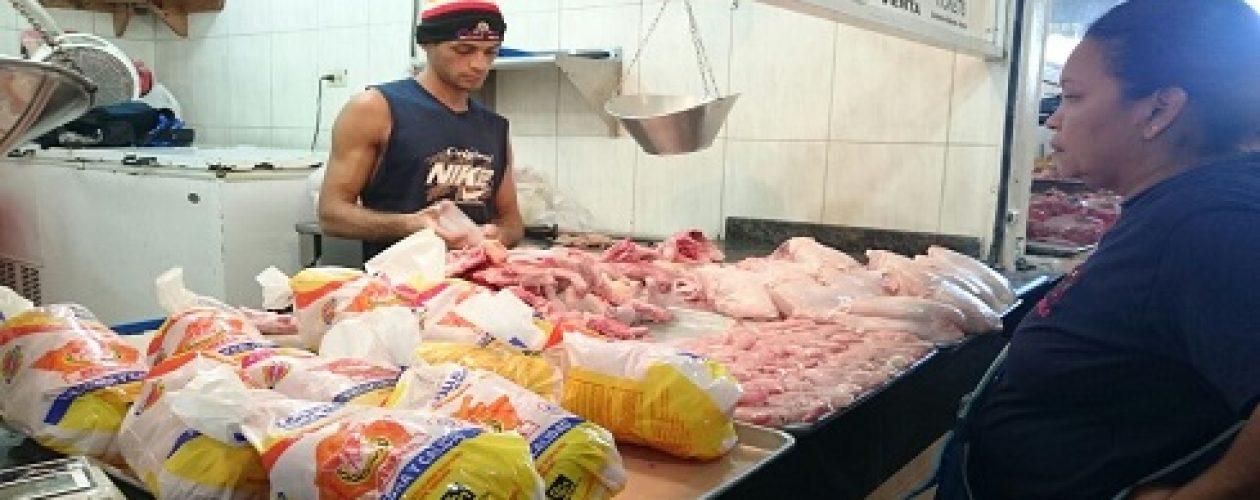 Hambre en Venezuela: patas de pollo y huesos entran dentro del menú