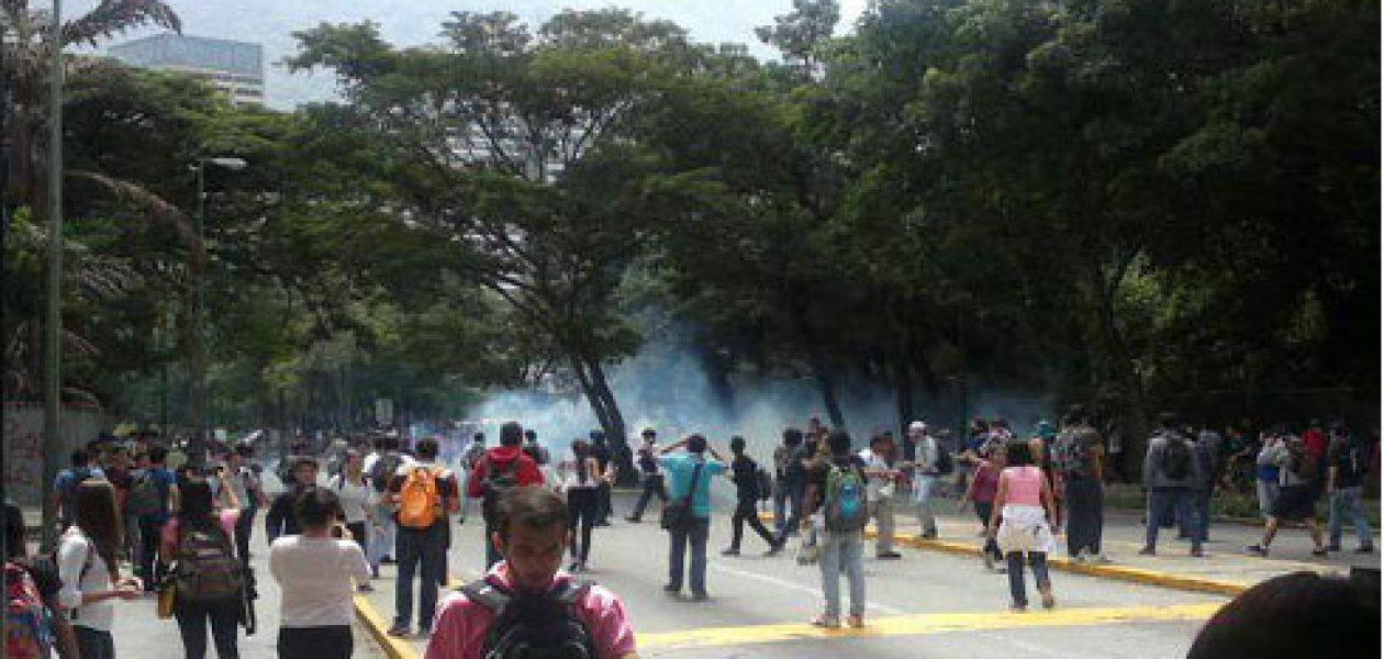 Estudiantes reprimidos durante protesta en la UCV por inseguridad