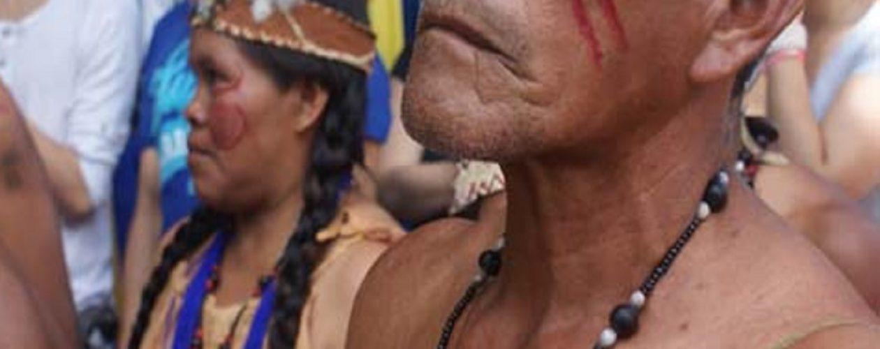 Indígenas yanomami hacen de todo para sobrevivir
