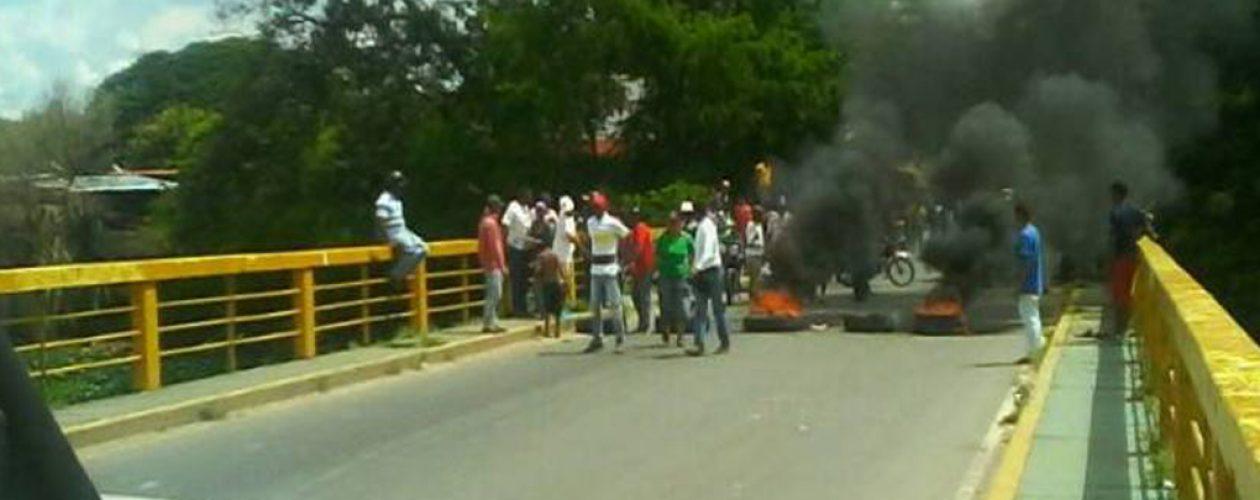Grupos chavistas agreden a candidato opositor en Apure