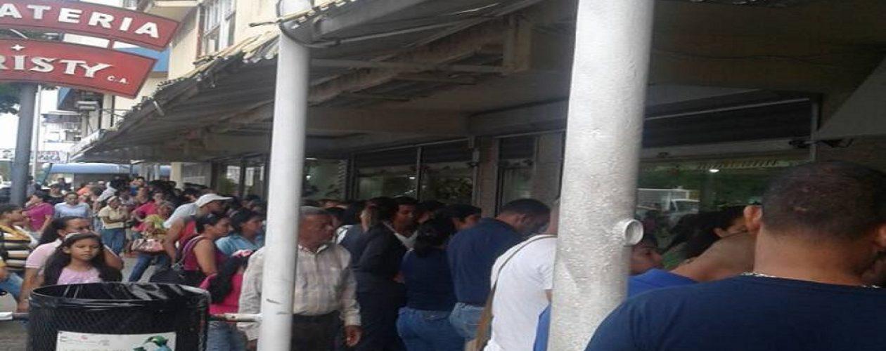 Largas colas en Librerías Latina tras intervención de la Sundde