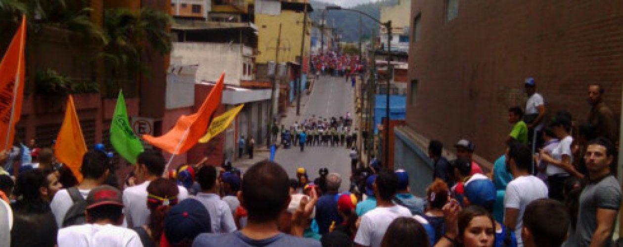 Marcha de Los Teques fue atacada con bombas lacrimógenas