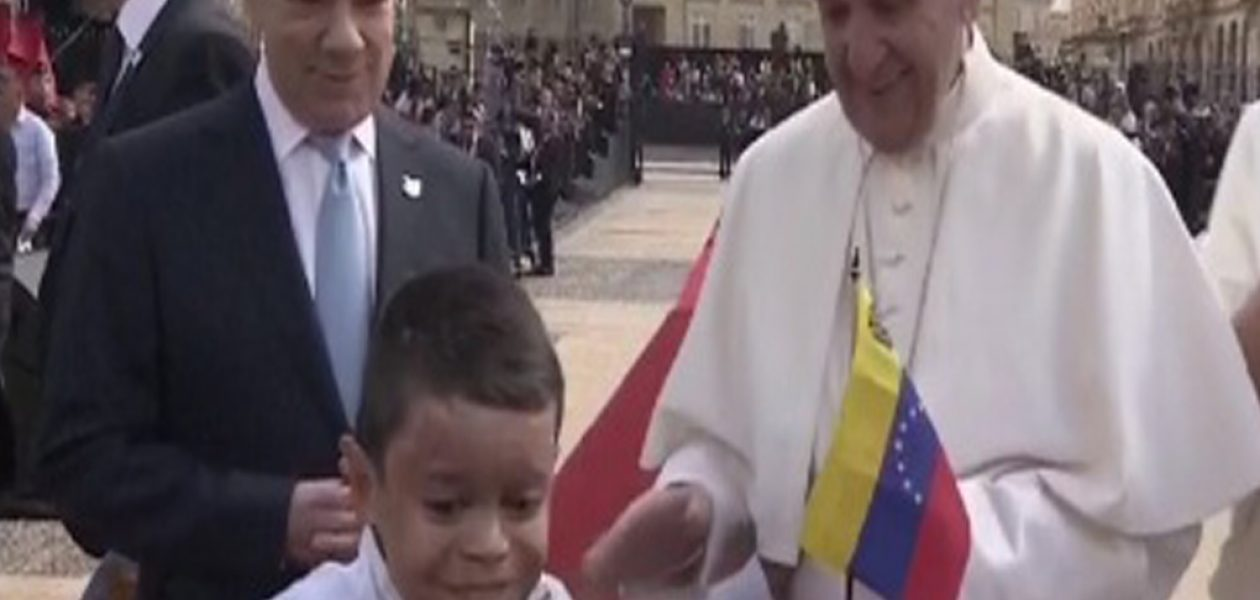 Niño entregó bandera de Venezuela al Papa Francisco en Colombia