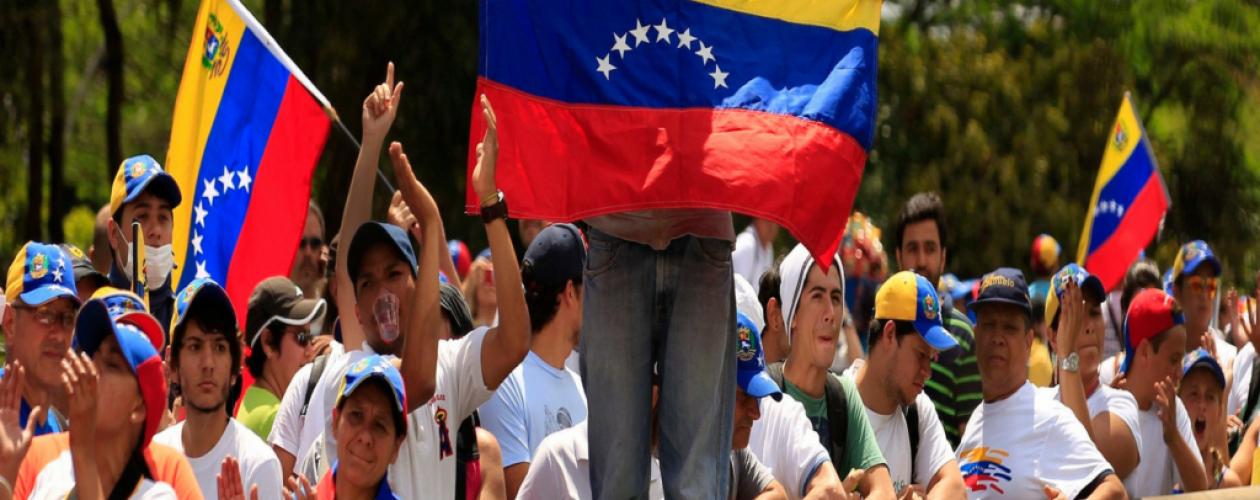 """""""Mi amor puede más"""" es el tema que le cantan a Venezuela"""