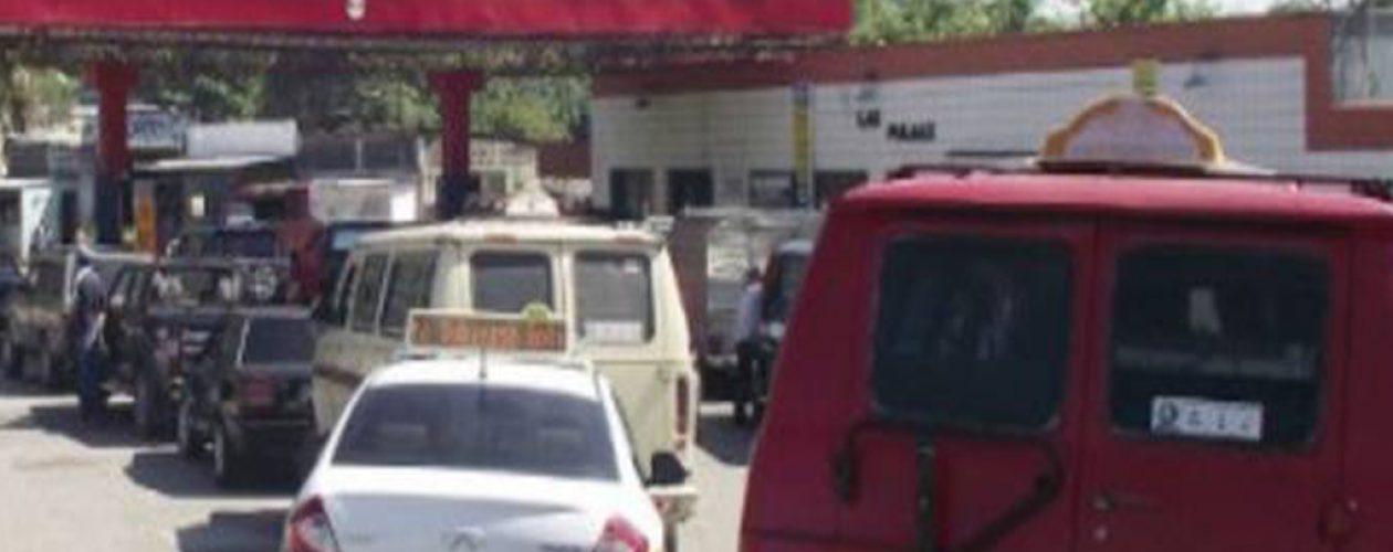 No hay gasolina en Caracas: Usuarios sufren para surtir sus vehículos