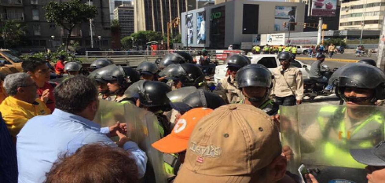Policía Nacional Bolivariana reprime a opositores en Los Cedros