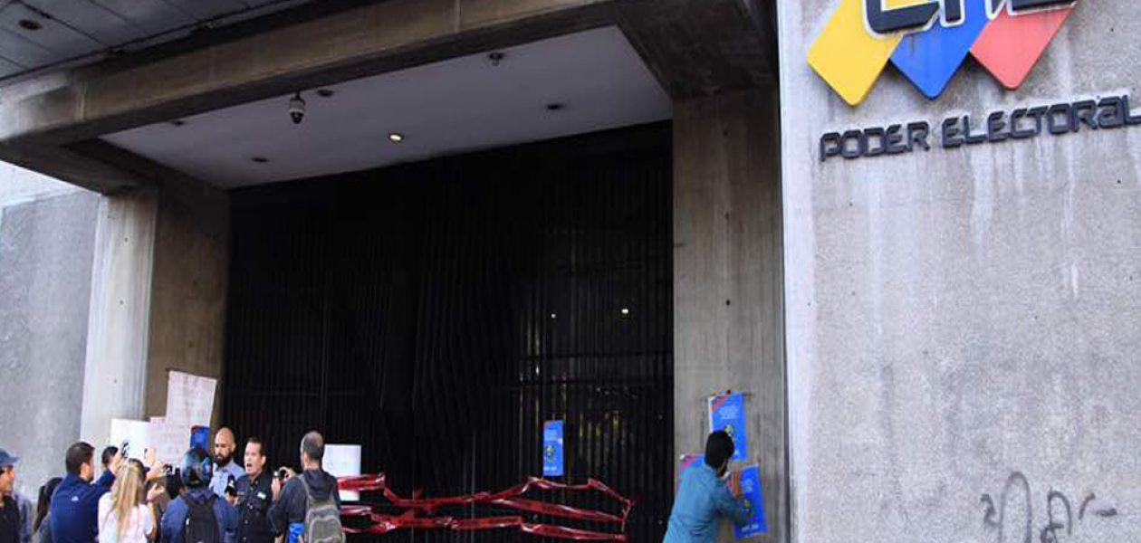 Diputados madrugaron para realizar protesta en el CNE